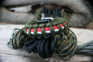 Three color paracord bracelet with shackle